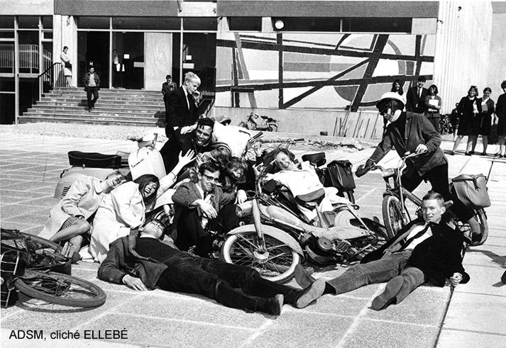 Groupe posant avec des bicylettes devant le bâtiment de l'UFR de Lettre et Sciences Humaines de l'Université de Rouen