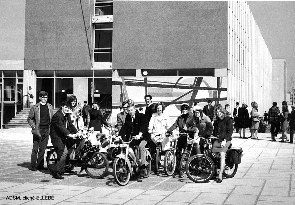 Groupe devant le bâtiment de l'UFR de Lettre et Sciences Humaines de l'Université de Rouen